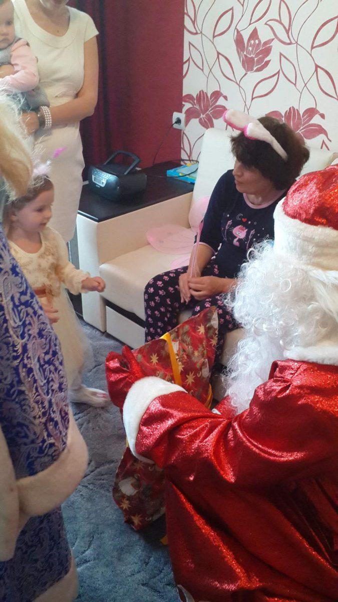 Дед Мороз и Снегурочка момент вручения подарков