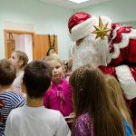 Дед Мороз на детском празднике